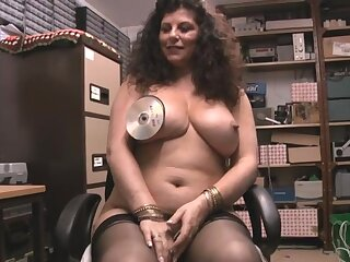 Solitary mature floozy Gilly Sampson enjoys pleasuring her messy cunt