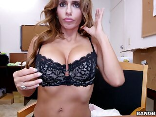 Provocative MILF Mia Ryder gives an incredible blowjob in POV